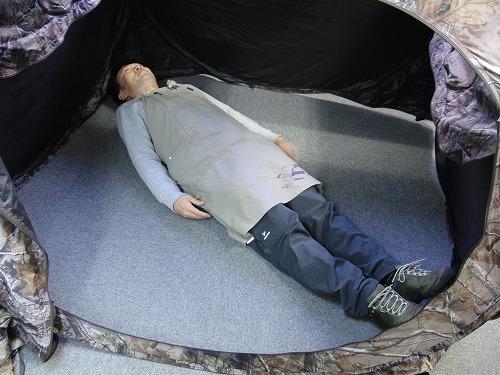 ドッグハウスブラインド中で寝る